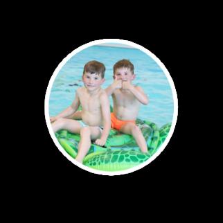 bluble-jongens-spelen-in-het-water